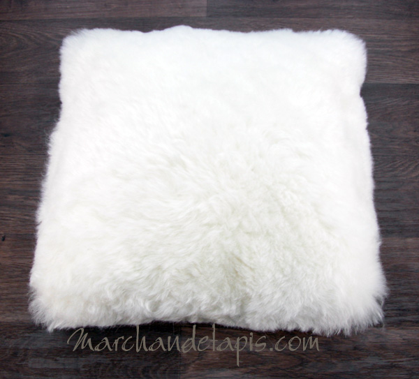 coussin peau de mouton blanc poils courts marchand de tapis sp cialiste du coussin. Black Bedroom Furniture Sets. Home Design Ideas