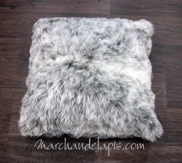 coussin peau de mouton gris poils courts marchand de tapis sp cialiste du coussin peau de mouton. Black Bedroom Furniture Sets. Home Design Ideas