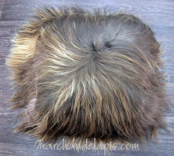 coussin peau de mouton marron rustique poils longs marchand de tapis spcialiste du coussin. Black Bedroom Furniture Sets. Home Design Ideas